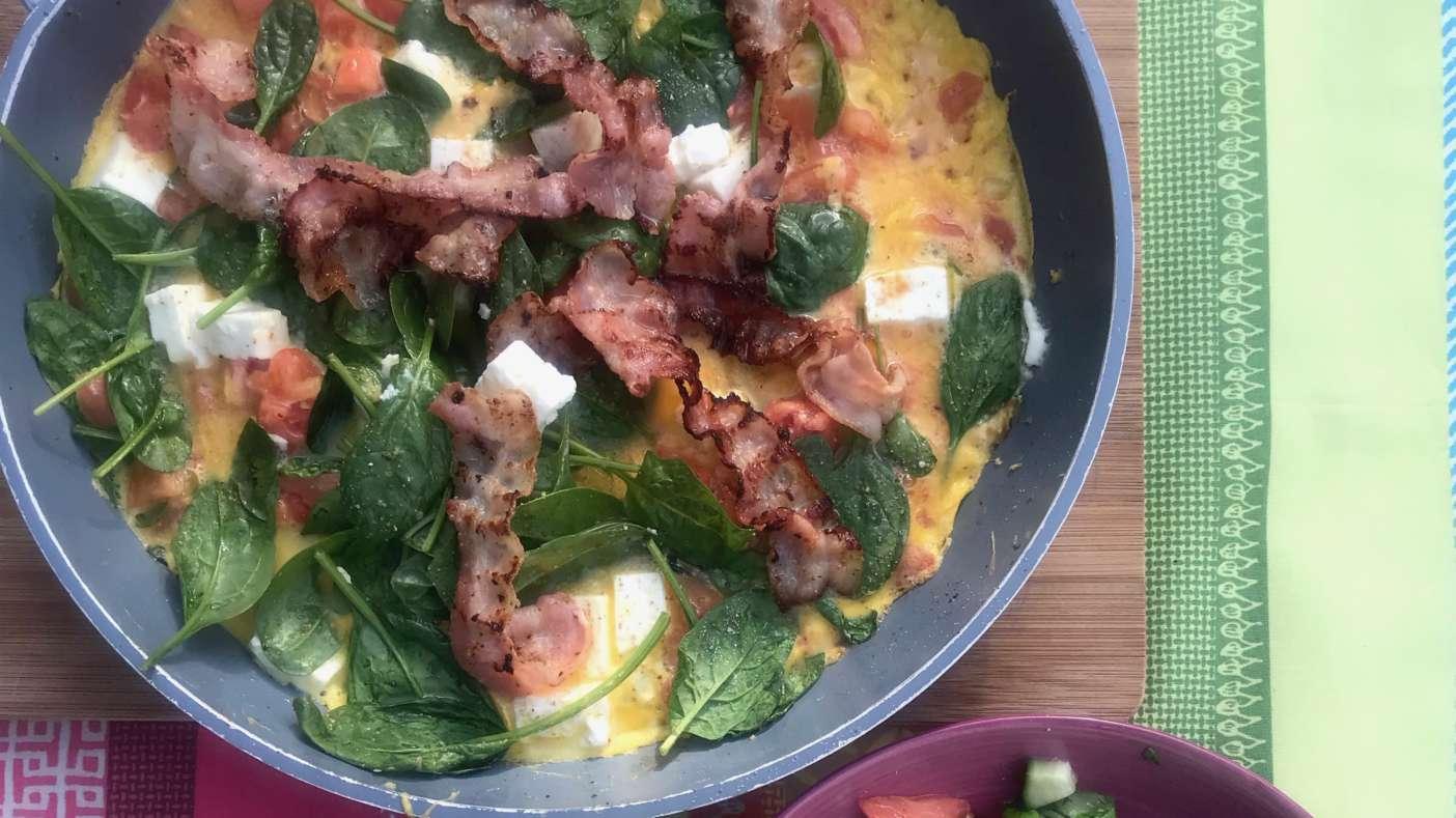 Omelet met spek spinazie geitenkaas en tomaatjes